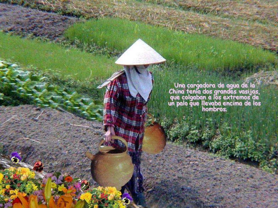 Una cargadora de agua de la China tenía dos grandes vasijas, que colgaban a los extremos de un palo que llevaba encima de los hombros.