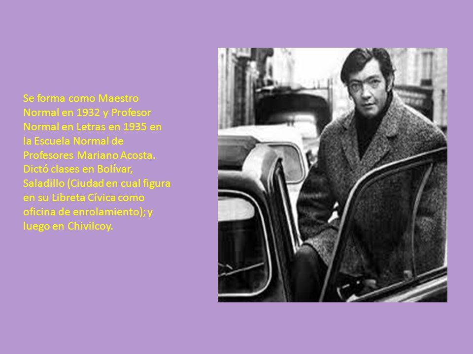 Se forma como Maestro Normal en 1932 y Profesor Normal en Letras en 1935 en la Escuela Normal de Profesores Mariano Acosta.