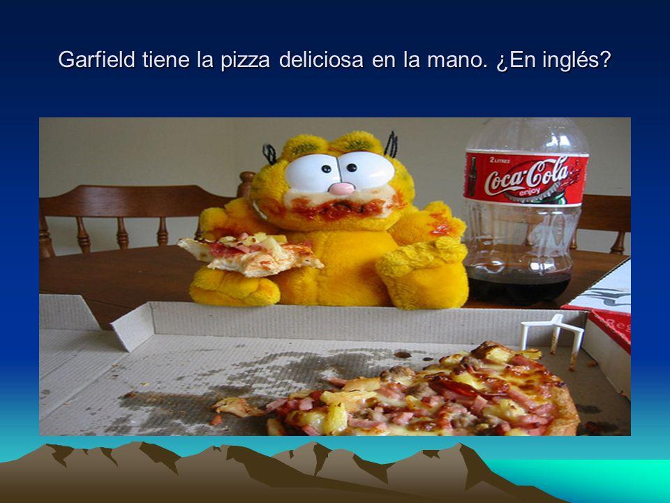Garfield tiene la pizza deliciosa en la mano. ¿En inglés