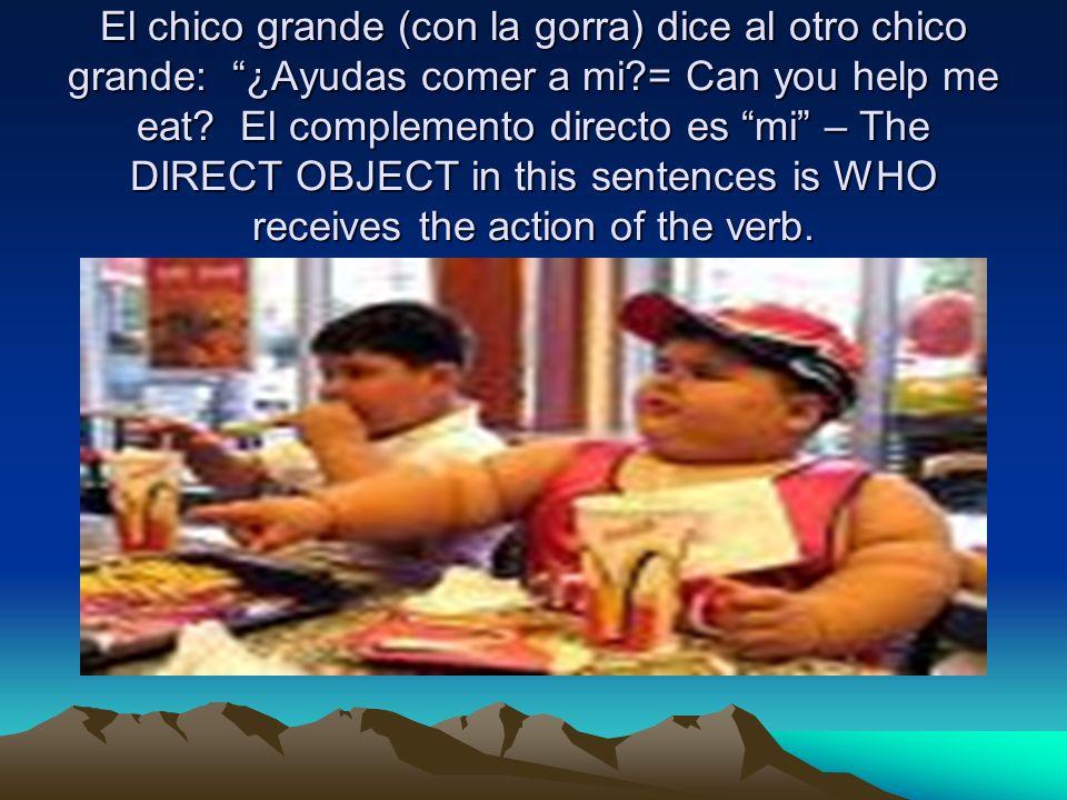 El chico grande (con la gorra) dice al otro chico grande: ¿Ayudas comer a mi = Can you help me eat.