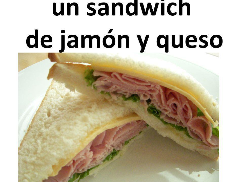 un sandwich de jamón y queso