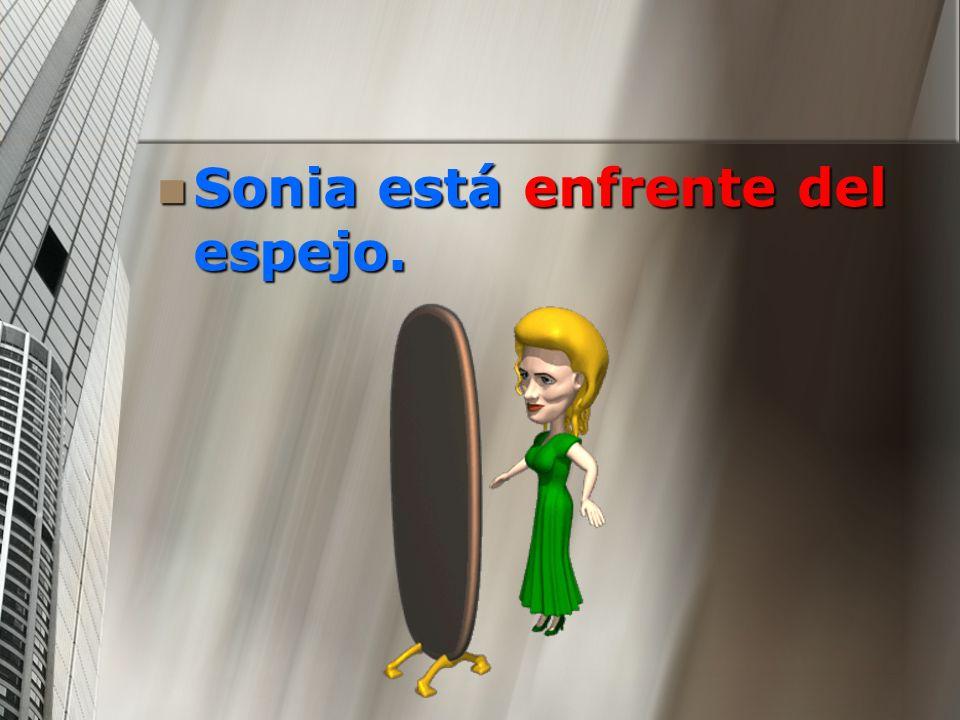 Sonia está enfrente del espejo.