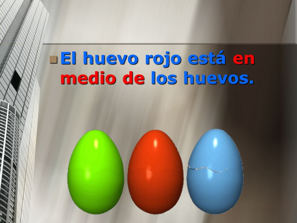 El huevo rojo está en medio de los huevos.