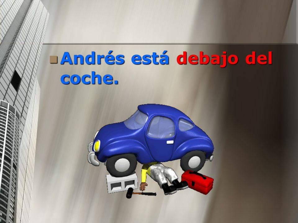 Andrés está debajo del coche.