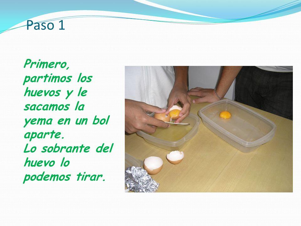 Paso 1 Primero, partimos los huevos y le sacamos la yema en un bol aparte.