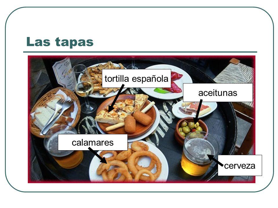 Las tapas tortilla española aceitunas calamares cerveza