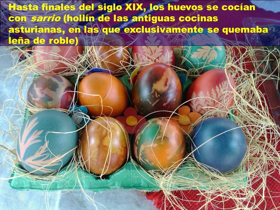 Hasta finales del siglo XIX, los huevos se cocían con sarrio (hollín de las antiguas cocinas asturianas, en las que exclusivamente se quemaba leña de roble)
