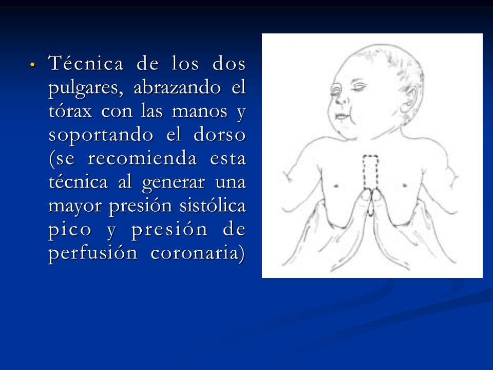 Técnica de los dos pulgares, abrazando el tórax con las manos y soportando el dorso (se recomienda esta técnica al generar una mayor presión sistólica pico y presión de perfusión coronaria)