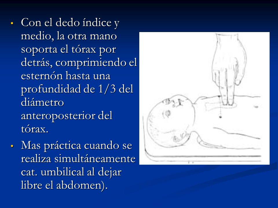 Con el dedo índice y medio, la otra mano soporta el tórax por detrás, comprimiendo el esternón hasta una profundidad de 1/3 del diámetro anteroposterior del tórax.