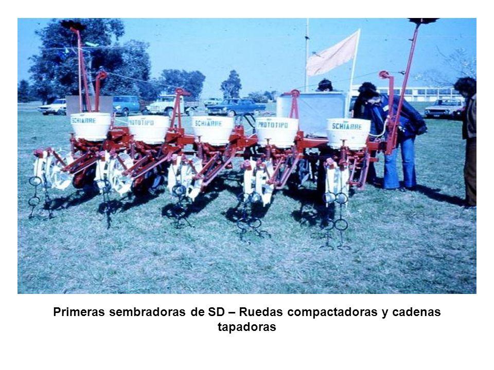 Primeras sembradoras de SD – Ruedas compactadoras y cadenas tapadoras