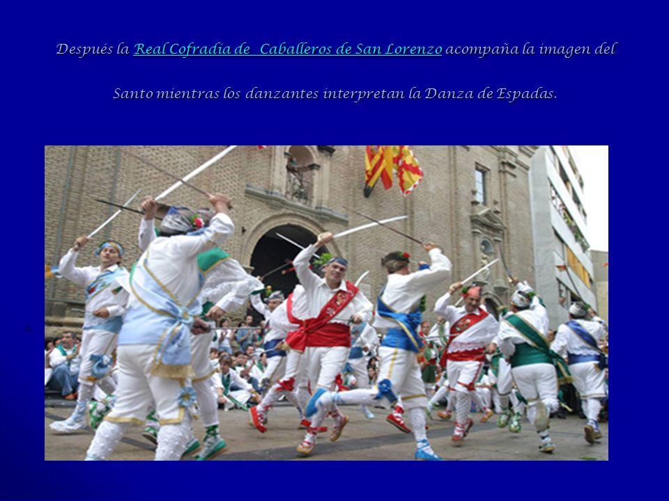 Después la Real Cofradía de Caballeros de San Lorenzo acompaña la imagen del Santo mientras los danzantes interpretan la Danza de Espadas.
