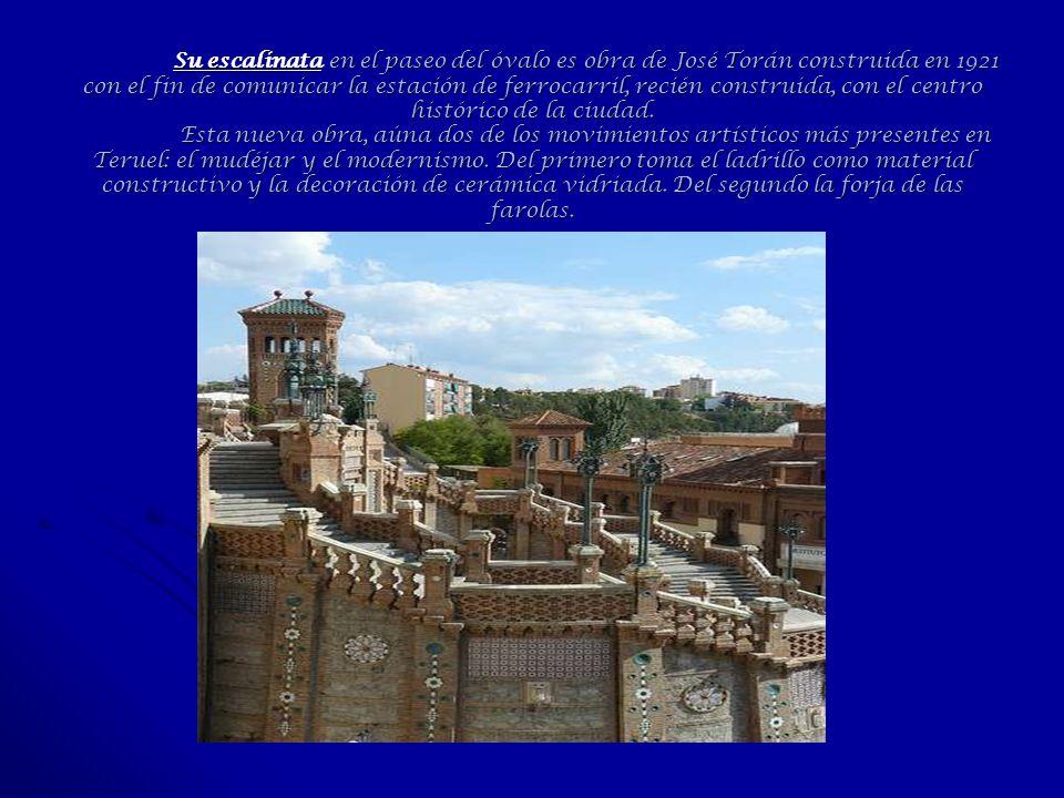Su escalinata en el paseo del óvalo es obra de José Torán construida en 1921 con el fin de comunicar la estación de ferrocarril, recién construida, con el centro histórico de la ciudad.