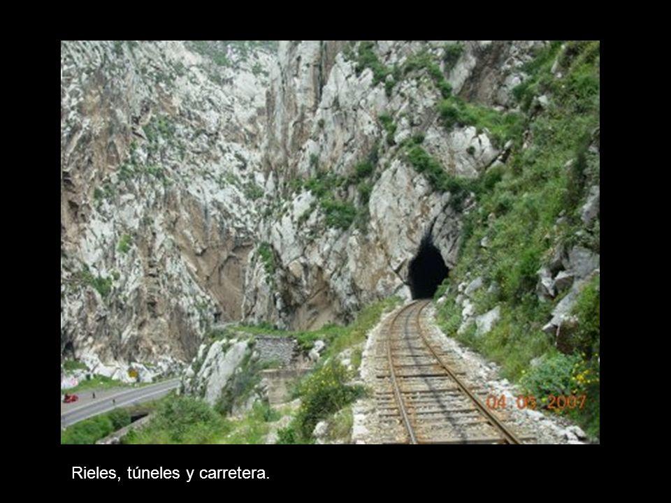 Rieles, túneles y carretera.