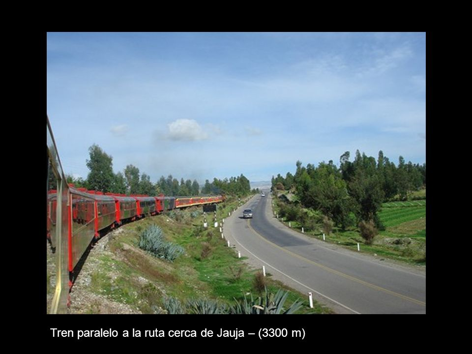 Tren paralelo a la ruta cerca de Jauja – (3300 m)