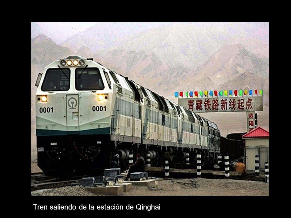 Tren saliendo de la estación de Qinghai