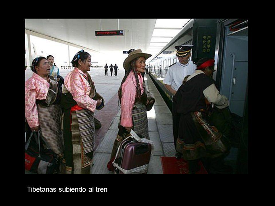 Tibetanas subiendo al tren