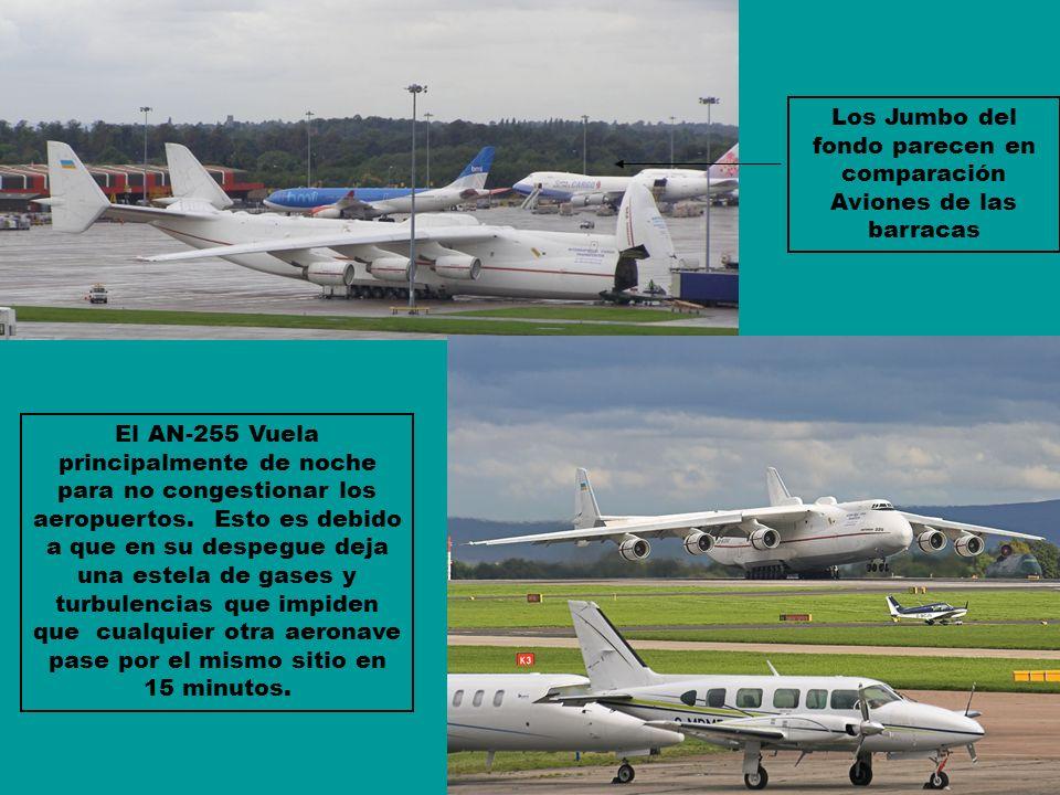 Los Jumbo del fondo parecen en comparación Aviones de las barracas