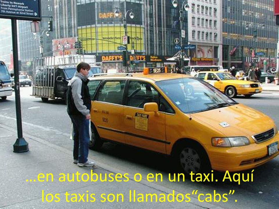 …en autobuses o en un taxi. Aquí los taxis son llamados cabs .