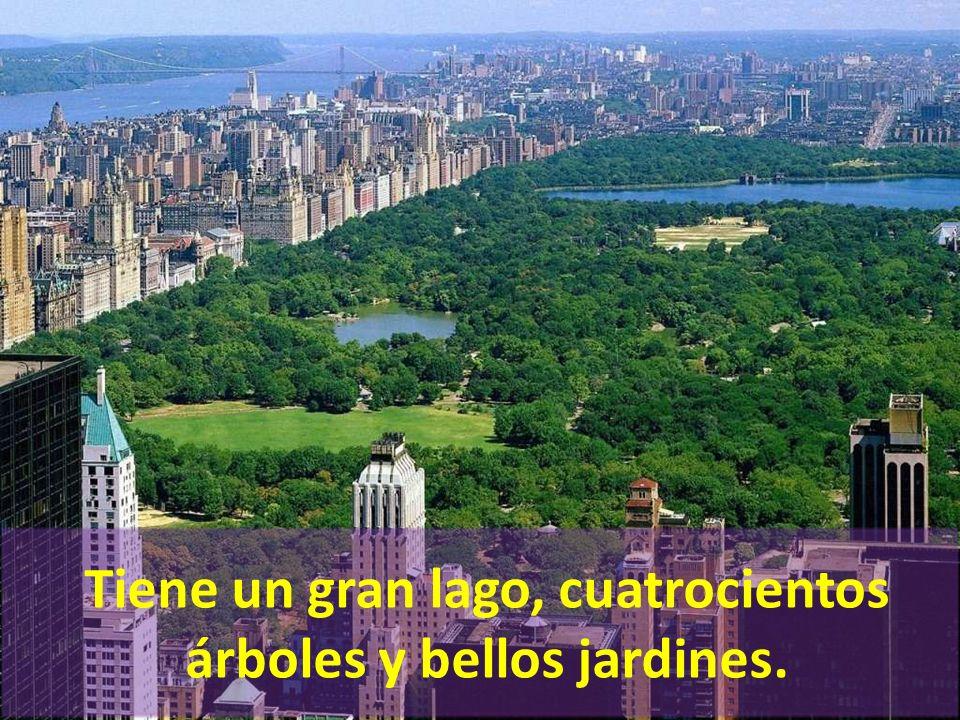 Tiene un gran lago, cuatrocientos árboles y bellos jardines.