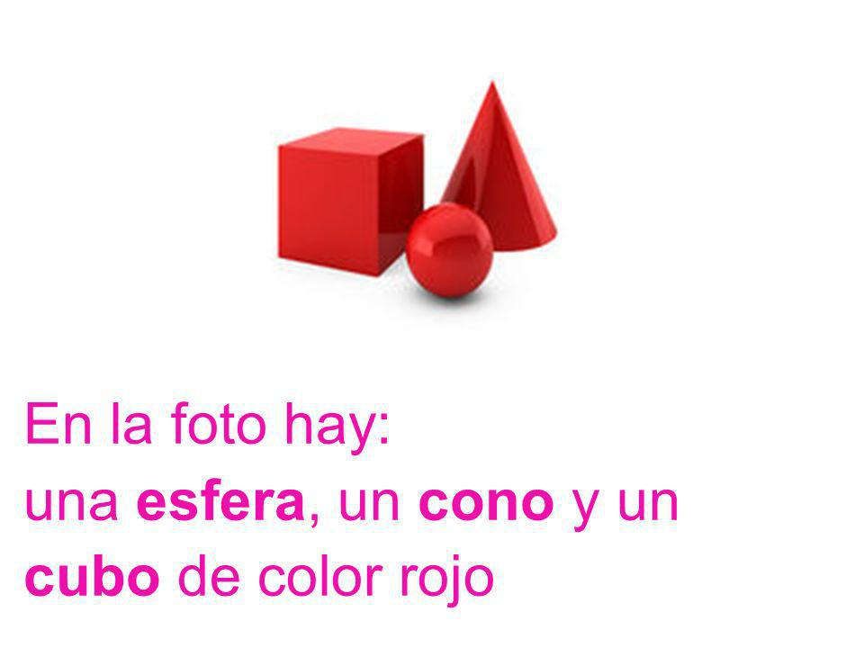 En la foto hay: una esfera, un cono y un cubo de color rojo
