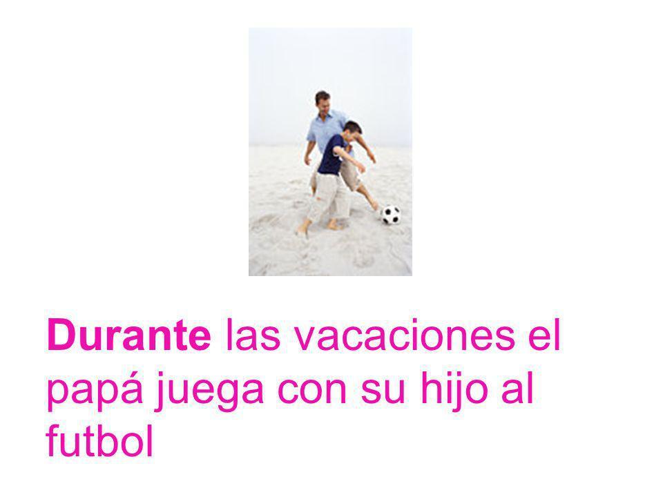 Durante las vacaciones el papá juega con su hijo al futbol