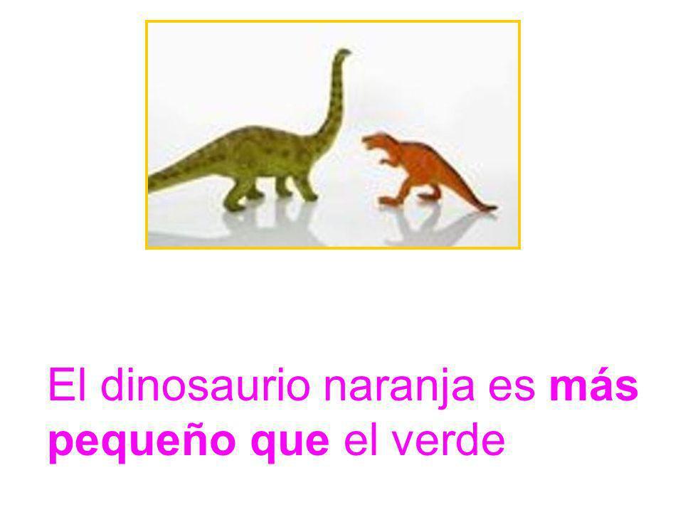 El dinosaurio naranja es más pequeño que el verde