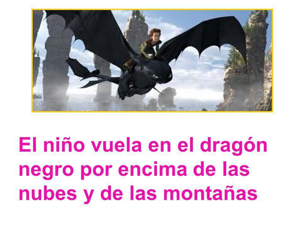 El niño vuela en el dragón negro por encima de las nubes y de las montañas