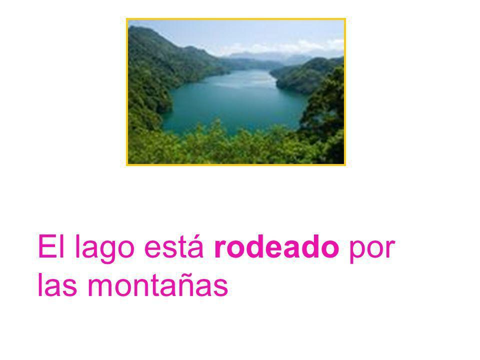 El lago está rodeado por las montañas
