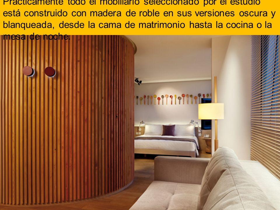 Prácticamente todo el mobiliario seleccionado por el estudio está construido con madera de roble en sus versiones oscura y blanqueada, desde la cama de matrimonio hasta la cocina o la mesa de noche.