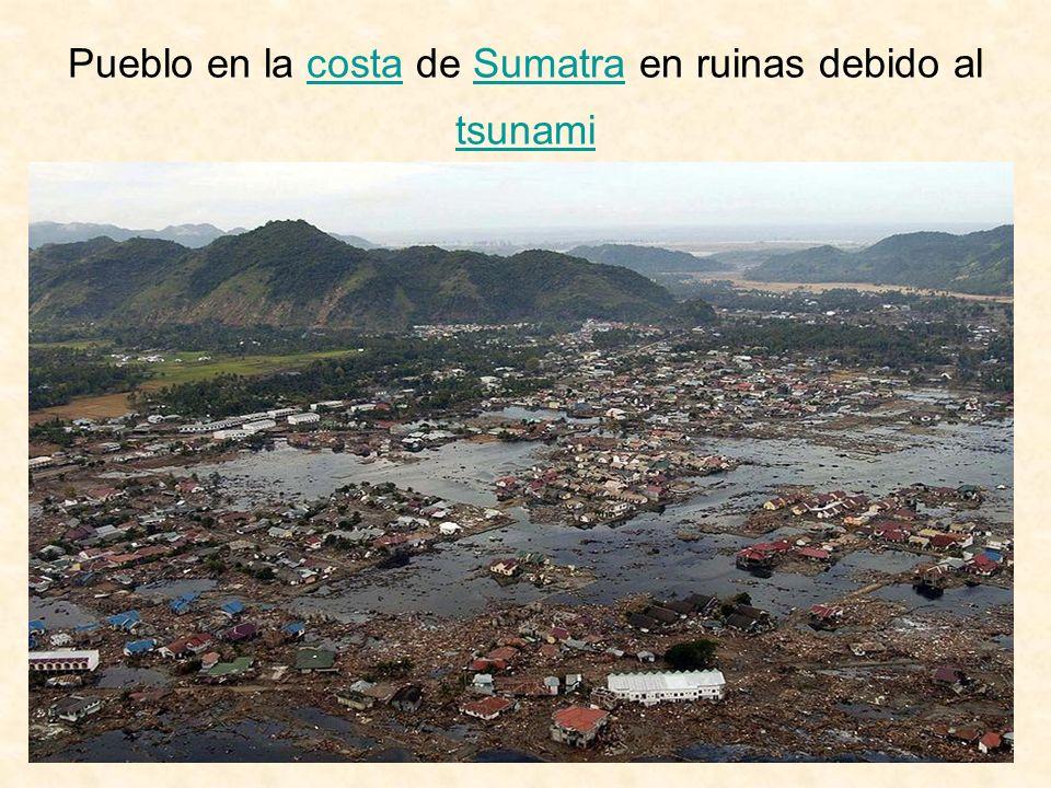 Pueblo en la costa de Sumatra en ruinas debido al tsunami
