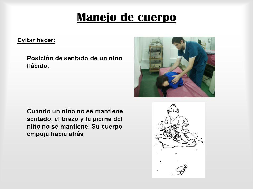 Manejo de cuerpo Evitar hacer: Posición de sentado de un niño flácido.