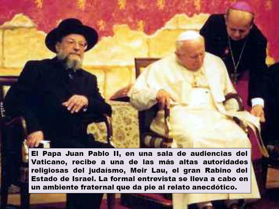 El Papa Juan Pablo II, en una sala de audiencias del Vaticano, recibe a una de las más altas autoridades religiosas del judaísmo, Meir Lau, el gran Rabino del Estado de Israel.