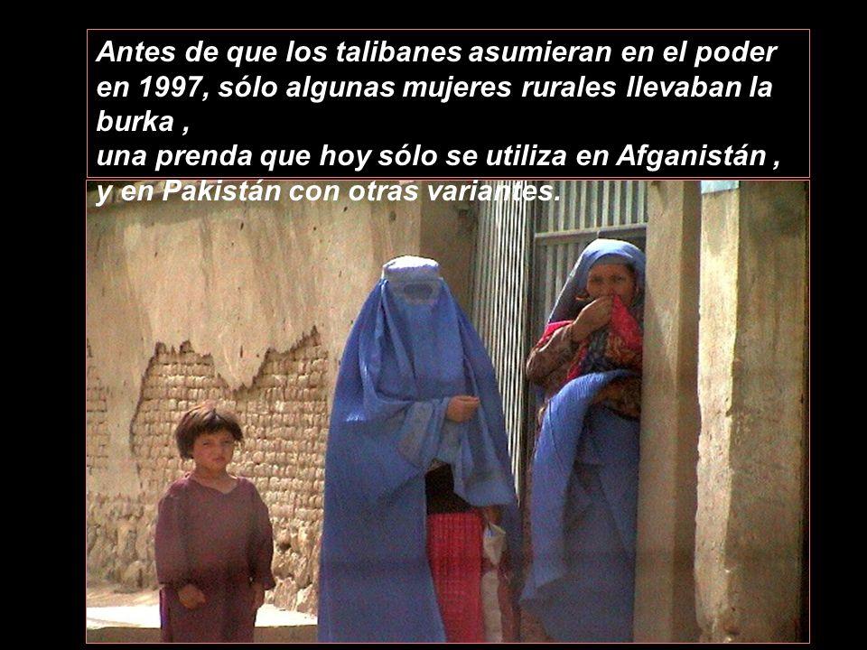 Antes de que los talibanes asumieran en el poder en 1997, sólo algunas mujeres rurales llevaban la burka ,