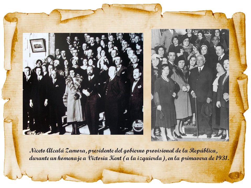 Niceto Alcalá Zamora, presidente del gobierno provisional de la República, durante un homenaje a Victoria Kent (a la izquierda), en la primavera de 1931.