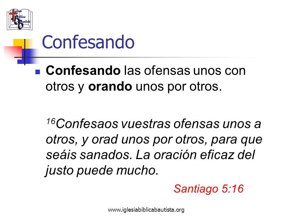Confesando Confesando las ofensas unos con otros y orando unos por otros.