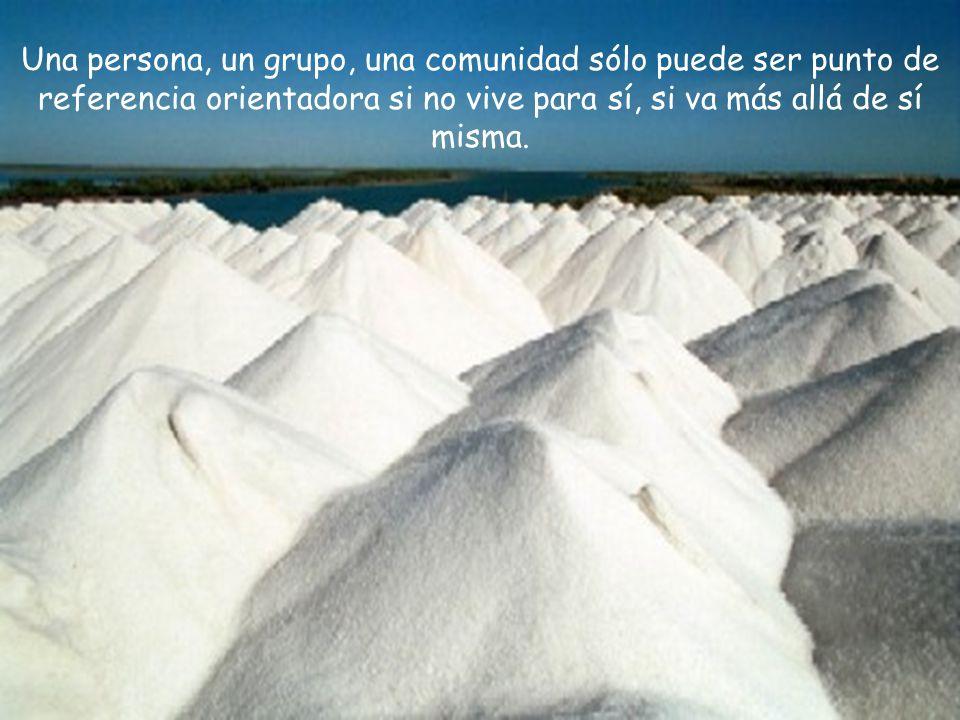Una persona, un grupo, una comunidad sólo puede ser punto de referencia orientadora si no vive para sí, si va más allá de sí misma.