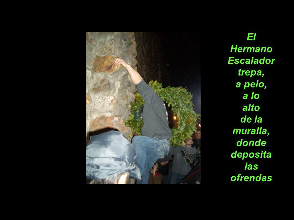 El Hermano Escalador trepa, a pelo, a lo alto de la muralla, donde deposita las ofrendas