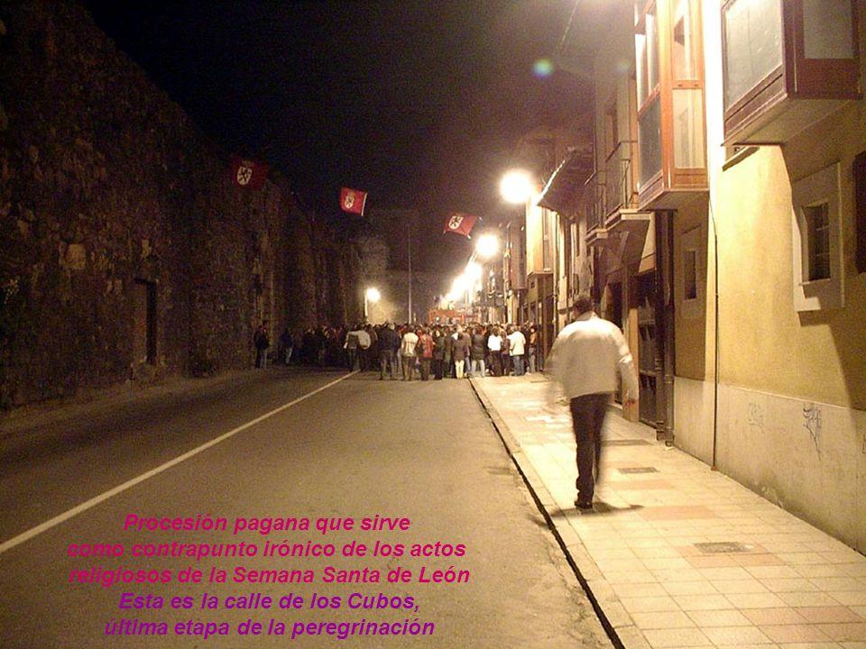 Procesión pagana que sirve como contrapunto irónico de los actos