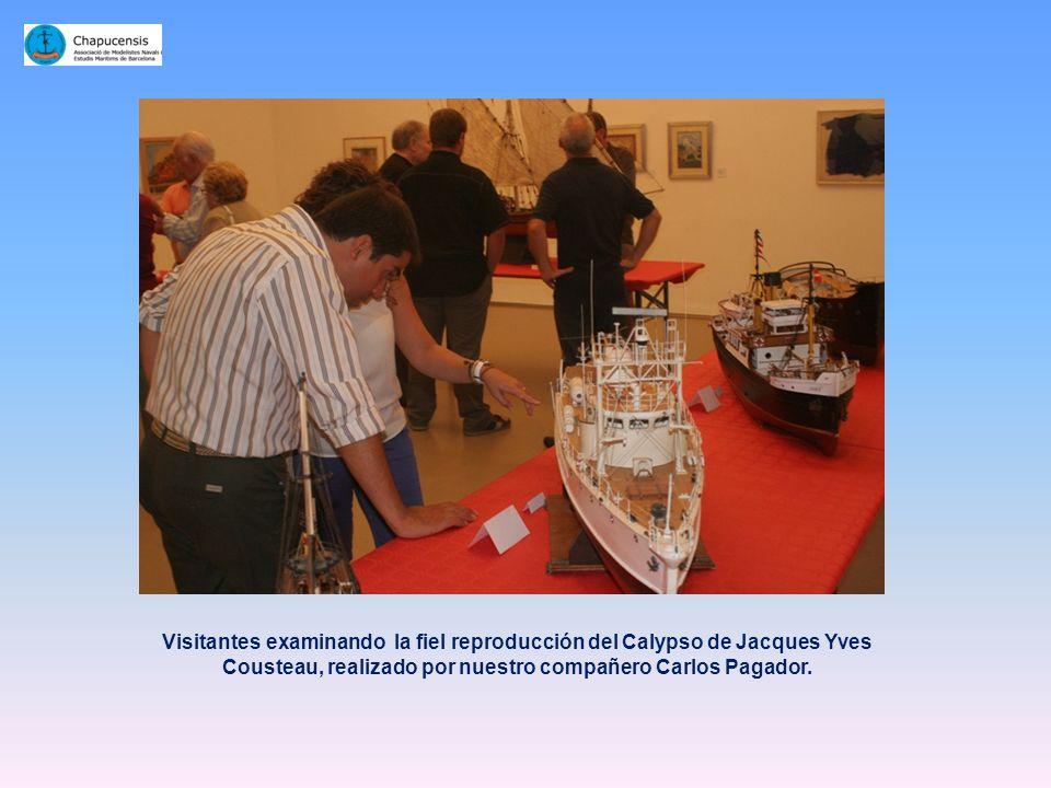 Visitantes examinando la fiel reproducción del Calypso de Jacques Yves Cousteau, realizado por nuestro compañero Carlos Pagador.
