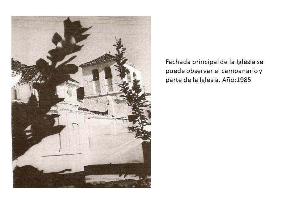 Fachada principal de la Iglesia se puede observar el campanario y parte de la Iglesia. Año:1985