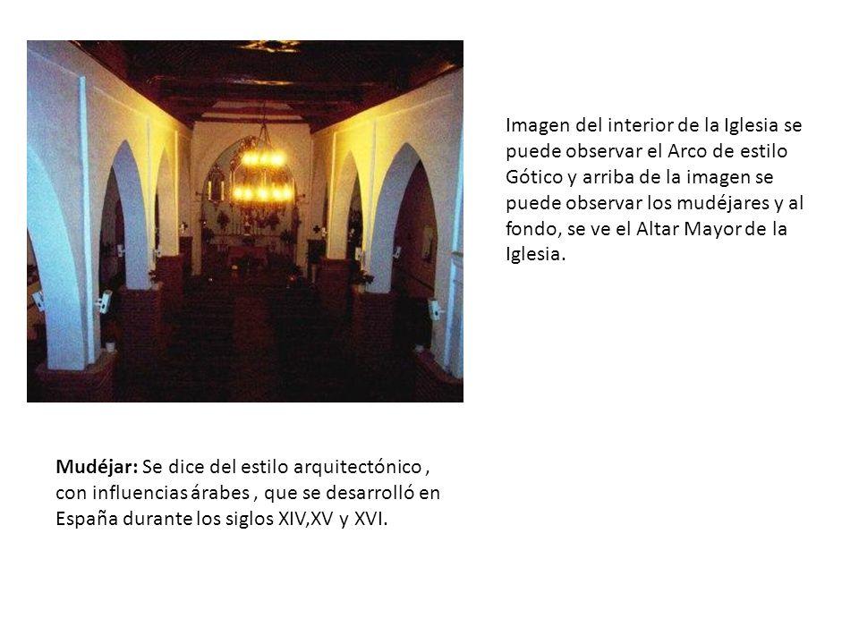 Imagen del interior de la Iglesia se puede observar el Arco de estilo Gótico y arriba de la imagen se puede observar los mudéjares y al fondo, se ve el Altar Mayor de la Iglesia.