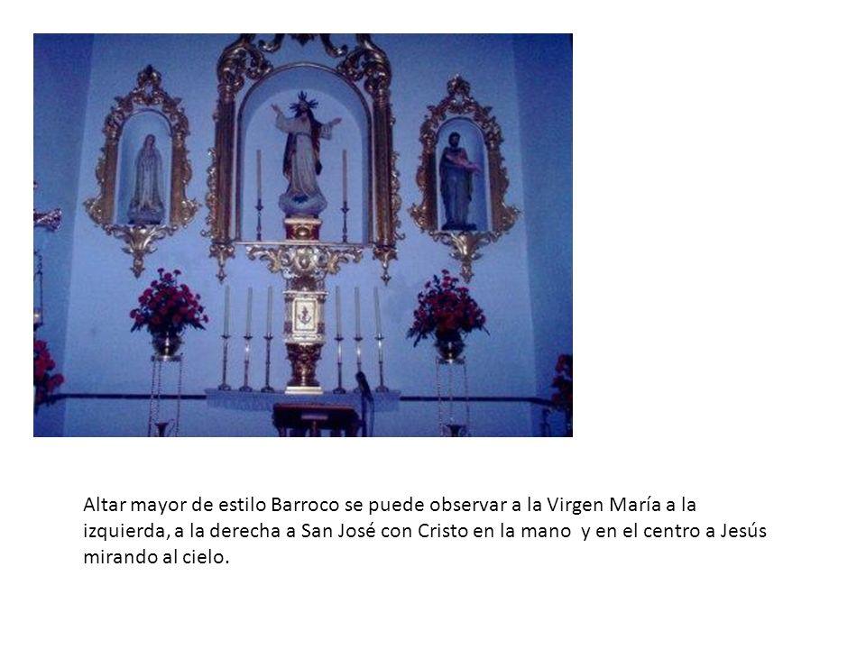 Altar mayor de estilo Barroco se puede observar a la Virgen María a la izquierda, a la derecha a San José con Cristo en la mano y en el centro a Jesús mirando al cielo.