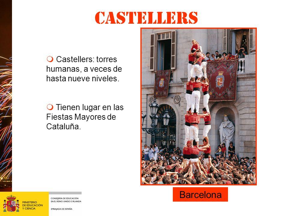 Castellers Leij d. m Castellers: torres humanas, a veces de hasta nueve niveles. m Tienen lugar en las Fiestas Mayores de Cataluña.