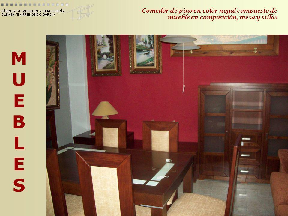 Comedor de pino en color nogal compuesto de mueble en composición, mesa y sillas
