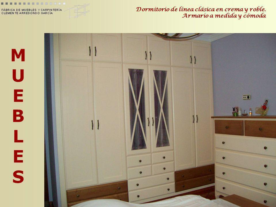 Dormitorio de línea clásica en crema y roble. Armario a medida y cómoda