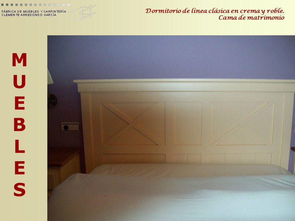 Dormitorio de línea clásica en crema y roble. Cama de matrimonio