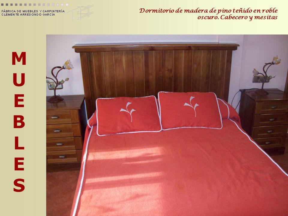Dormitorio de madera de pino teñido en roble oscuro. Cabecero y mesitas