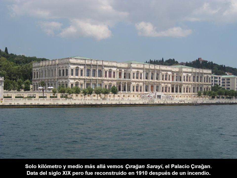 Solo kilómetro y medio más allá vemos Çırağan Sarayi, el Palacio Çırağan.