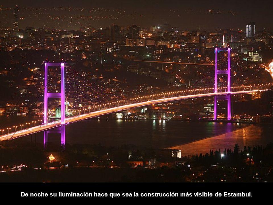 De noche su iluminación hace que sea la construcción más visible de Estambul.