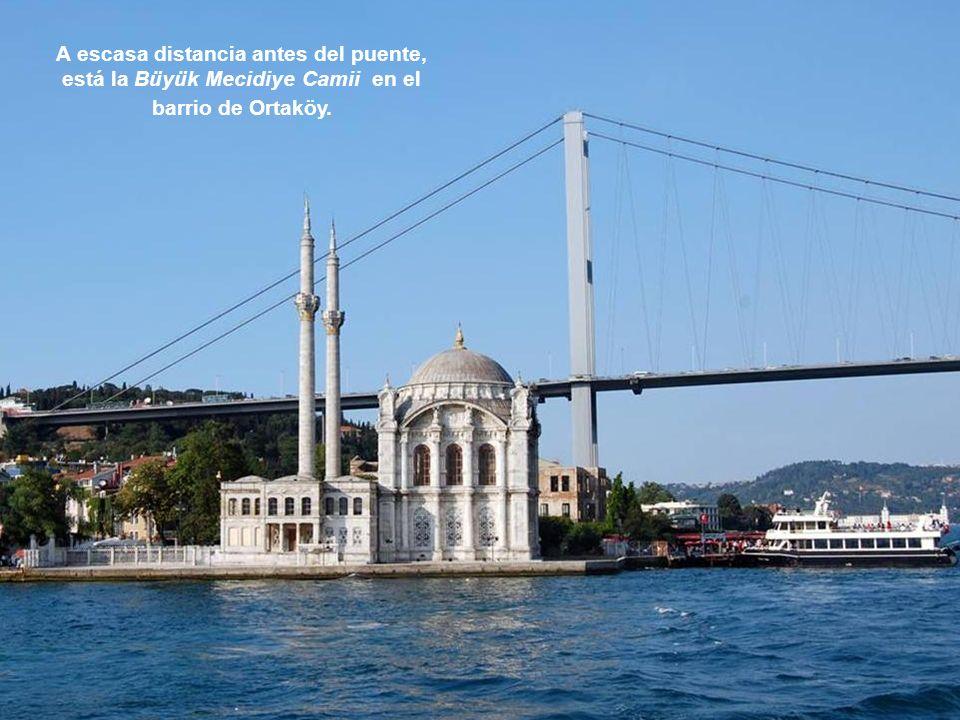 A escasa distancia antes del puente, está la Büyük Mecidiye Camii en el barrio de Ortaköy.